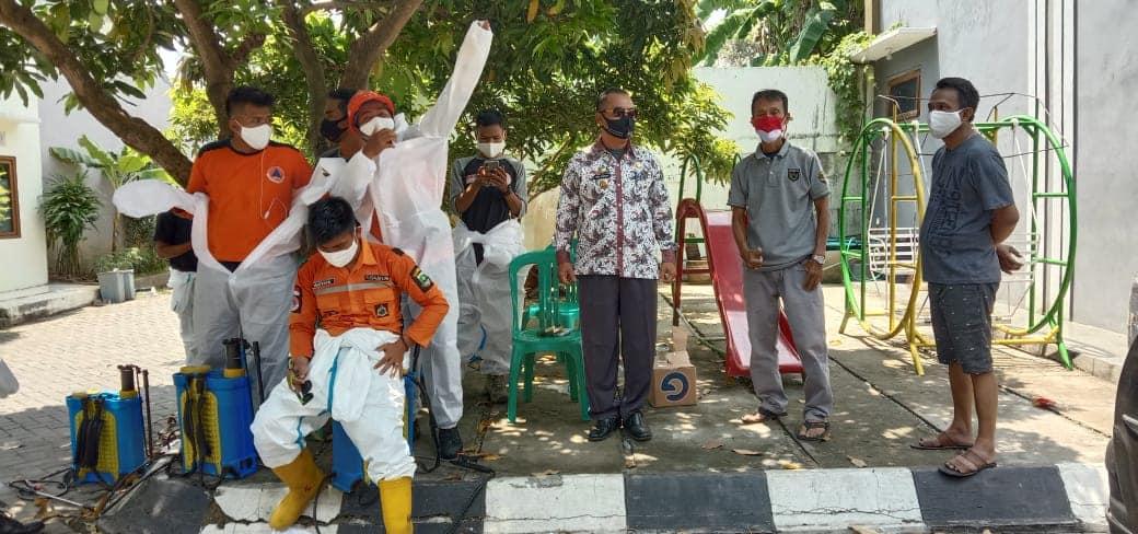 Penyemprotan disinfektan di komplek golden paradise Kelurahan Lontar Baru