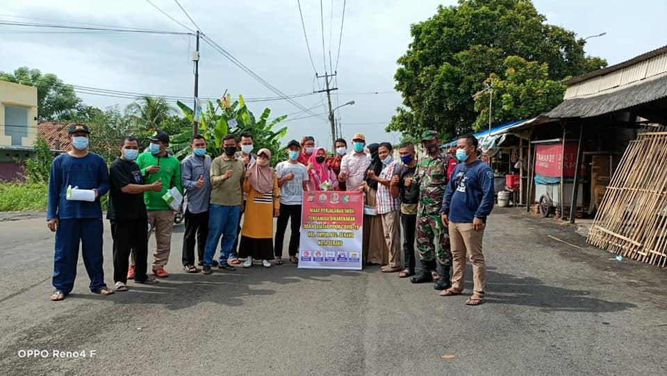 Pembagian masker Kelurahan Unyur kepada pengguna jalan