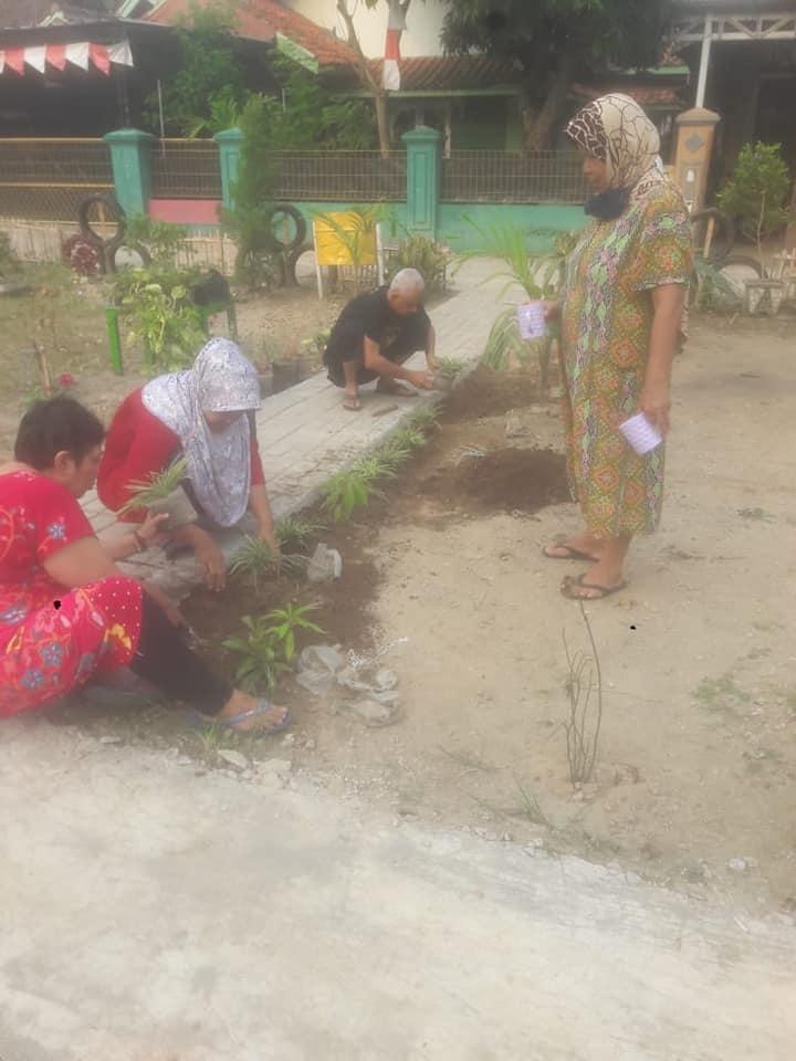 Kegiatan kampung resik lan aman Kaloran Brimob RT.002/RW.013 Kelurahan Lontarbaru Kecamatan Serang