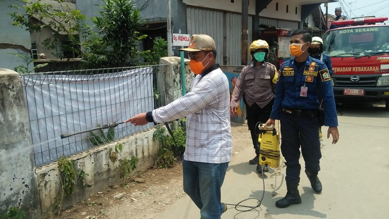 DAMKAR melakukan penyemprotan Disinfektan di Kelurahan Kotabaru